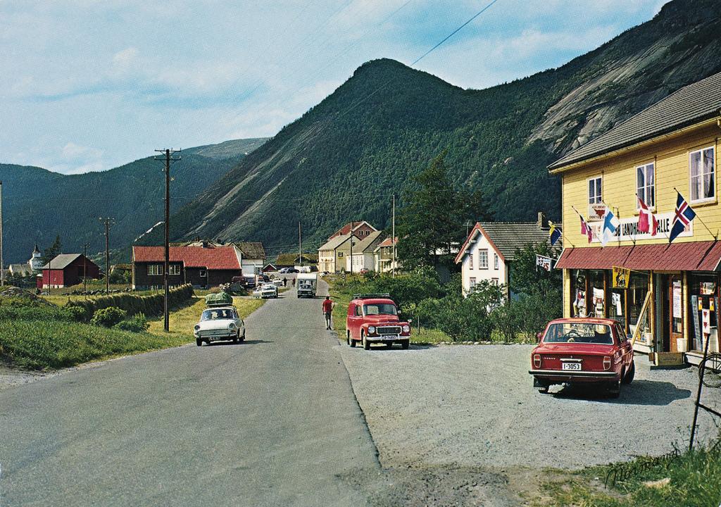 J-30-13. Norge: Valle, Setesdal, Aust-Agder. Utgiver: Normanns kunstforlag, 1960-tallet